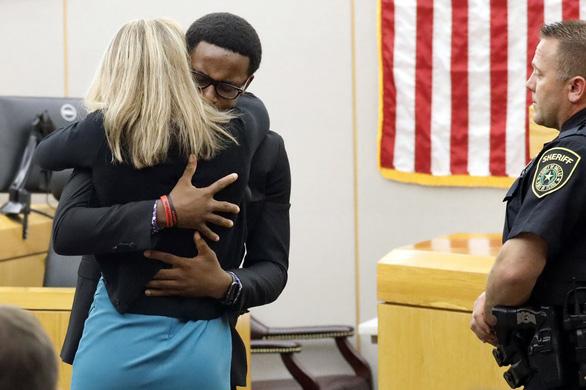 Cái ôm gây tranh cãi giữa thẩm phán da màu và bị cáo da trắng - Ảnh 2.