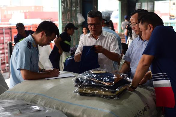 Lô quần áo Trung Quốc hàng ngàn chiếc giả mạo xuất xứ Việt Nam - Ảnh 2.