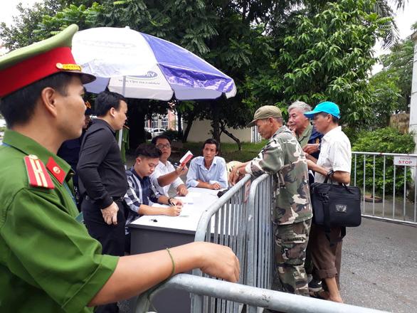 VFF bán vé cho thương binh, nhiều người quá khích trèo rào đòi mua - Ảnh 6.
