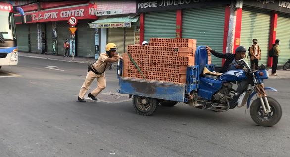 Xe chở gạch cồng kềnh chết máy giữa đường, CSGT không phạt mà đẩy giúp - Ảnh 2.