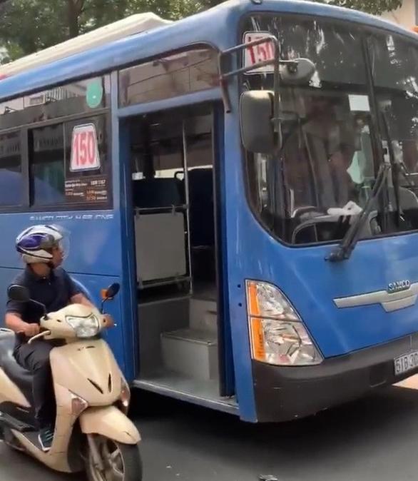 Buộc thôi việc tài xế xe buýt ép xe, phun nước miếng khi bị phàn nàn - Ảnh 1.