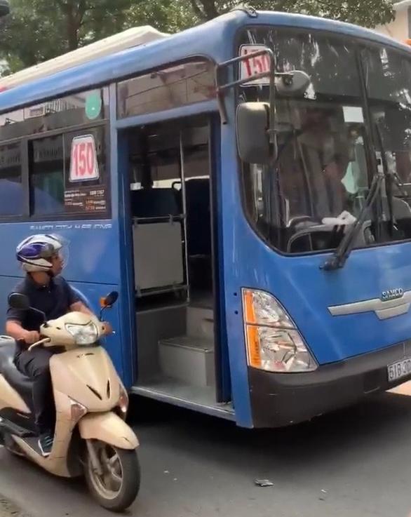 Thôi việc tiếp viên xe buýt làm rách tiền học trò không xin lỗi - Ảnh 1.