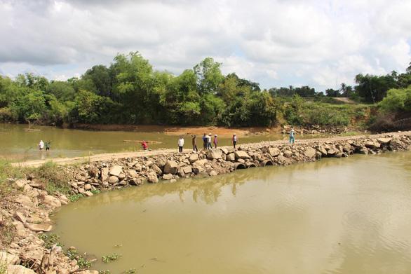 Doanh nghiệp khai thác cát làm đường chắn ngang sông, dân bức xúc kéo ra ngăn cản - Ảnh 3.