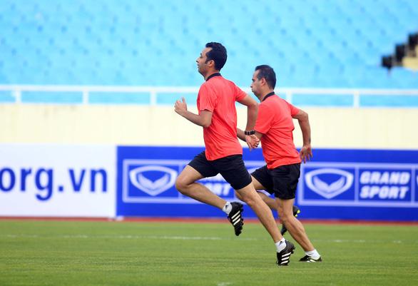 Tổ trọng tài Iran rèn thể lực trên sân Mỹ Đình chờ cầm còi trận Việt Nam - Malaysia - Ảnh 3.