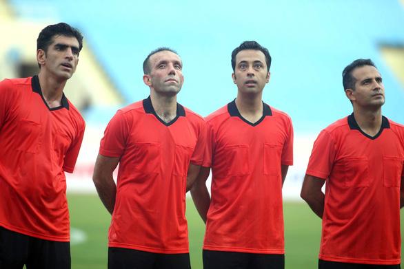 Tổ trọng tài Iran rèn thể lực trên sân Mỹ Đình chờ cầm còi trận Việt Nam - Malaysia - Ảnh 1.
