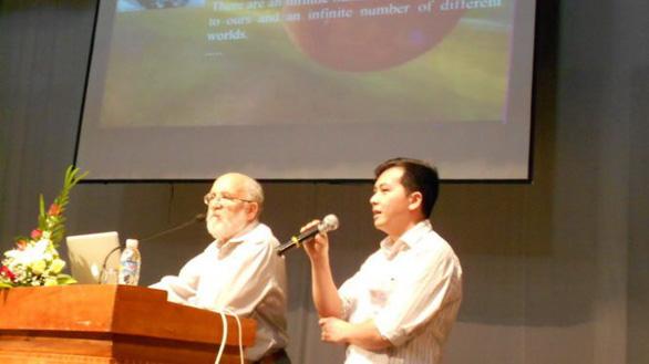 GS đoạt Nobel Vật lý 2019 từng đến Việt Nam, giao lưu với bạn đọc Tuổi Trẻ - Ảnh 3.