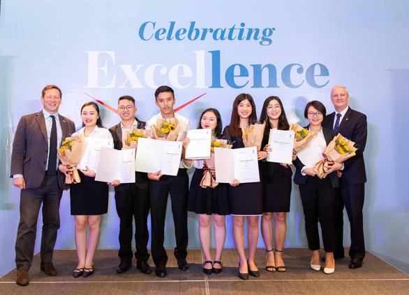 ICAEW trao chứng chỉ quốc tế cho 31 học viên Việt Nam - Ảnh 1.