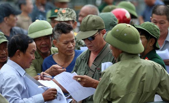 VFF bán vé cho thương binh, nhiều người quá khích trèo rào đòi mua - Ảnh 3.