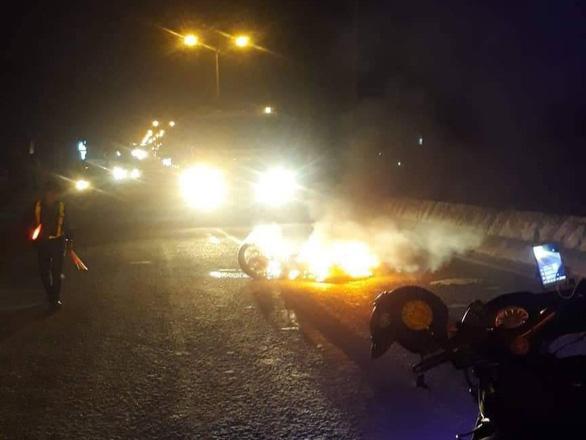 Video xe máy bốc cháy sau khi bị xe tải kéo lê, nam thanh niên may mắn thoát chết - Ảnh 2.