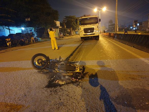 Video xe máy bốc cháy sau khi bị xe tải kéo lê, nam thanh niên may mắn thoát chết - Ảnh 3.