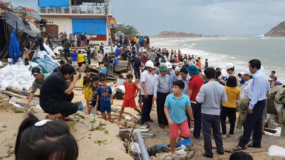 Làm khẩn cấp 900m kè biển bị sóng cuốn trong bão để bảo vệ 111 hộ dân - Ảnh 4.