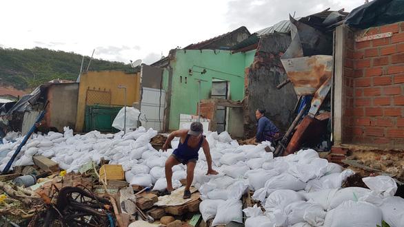 Làm khẩn cấp 900m kè biển bị sóng cuốn trong bão để bảo vệ 111 hộ dân - Ảnh 2.
