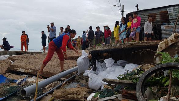 Làm khẩn cấp 900m kè biển bị sóng cuốn trong bão để bảo vệ 111 hộ dân - Ảnh 3.