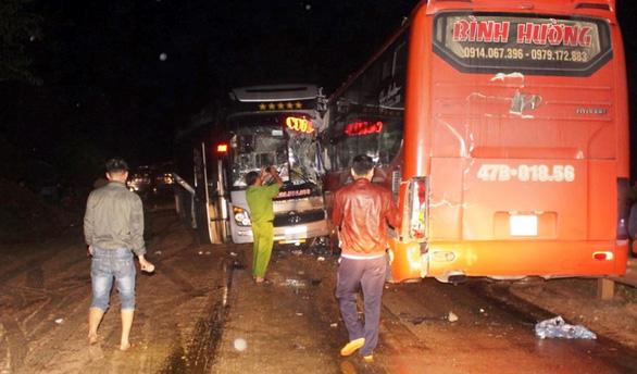 3 xe khách tông nhau liên hoàn trên đường Hồ Chí Minh - Ảnh 1.