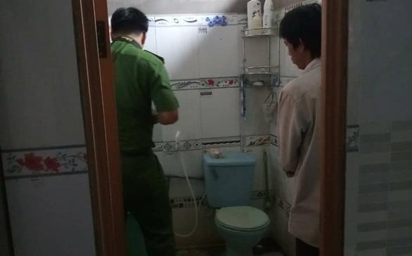 Mẹ bận việc, bé 3 tuổi chết thương tâm trong nhà vệ sinh - Ảnh 1.