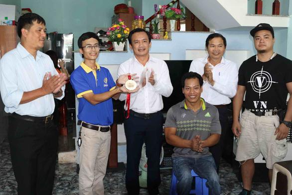 Lực sĩ Lê Văn Công tặng 125 triệu cho nữ sinh bị ung thư từ tiền đấu giá huy chương - Ảnh 1.