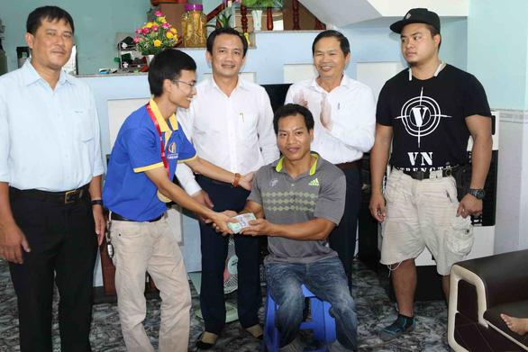Lực sĩ Lê Văn Công tặng 125 triệu cho nữ sinh bị ung thư từ tiền đấu giá huy chương - Ảnh 2.
