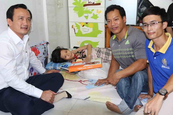 Lực sĩ Lê Văn Công tặng 125 triệu cho nữ sinh bị ung thư từ tiền đấu giá huy chương - Ảnh 4.