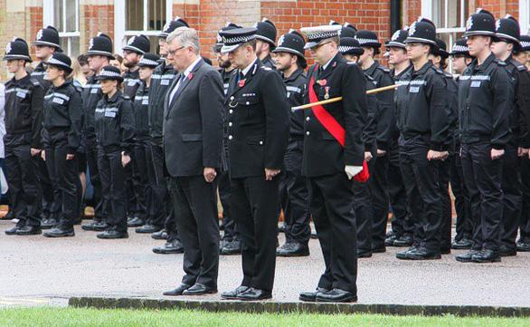 Cảnh sát và lực lượng cứu hộ Anh dành 1 phút mặc niệm 39 người chết trong container - Ảnh 1.
