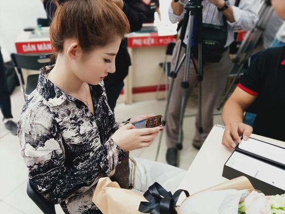 Hàng ngàn người Việt chọn mua iPhone 11 chính hãng dù giá cao hơn xách tay - Ảnh 1.