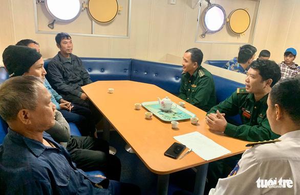 20 giờ vượt sóng cấp 7 cứu 9 ngư dân trên tàu cá hỏng máy - Ảnh 1.