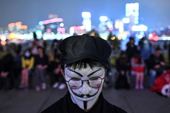 Người Hong Kong xuống đường buổi tối, tưởng niệm sinh viên đã chết - Ảnh 1.