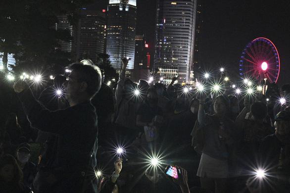 Người Hong Kong xuống đường buổi tối, tưởng niệm sinh viên đã chết - Ảnh 2.