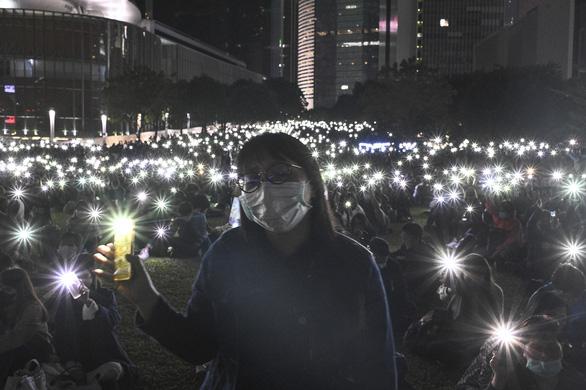 Người Hong Kong xuống đường buổi tối, tưởng niệm sinh viên đã chết - Ảnh 3.