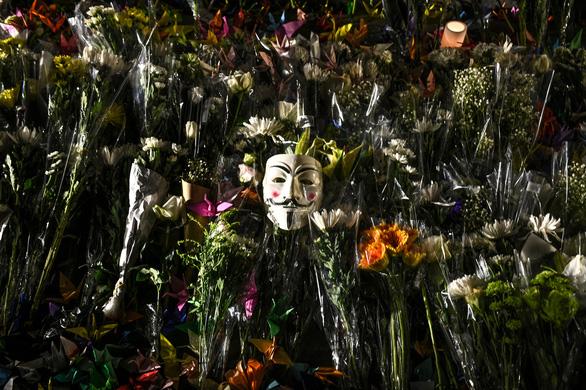Người Hong Kong xuống đường buổi tối, tưởng niệm sinh viên đã chết - Ảnh 6.