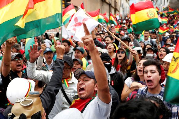 Biểu tình rầm rộ ở Bolivia, quân đội đứng về phía người dân - Ảnh 1.