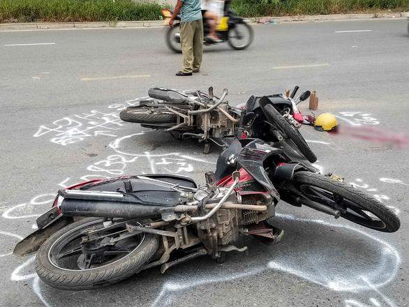 Va xe máy rồi ngã ra đường ở Thủ Đức, một phụ nữ bị cán chết - Ảnh 2.