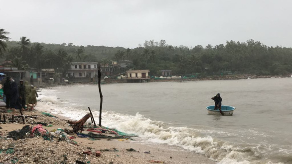 Đón bão số 6, Phú Yên bắt đầu mưa nặng hạt kèm gió mạnh - Ảnh 1.