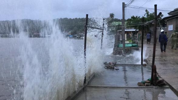 Đón bão số 6, Phú Yên bắt đầu mưa nặng hạt kèm gió mạnh - Ảnh 4.