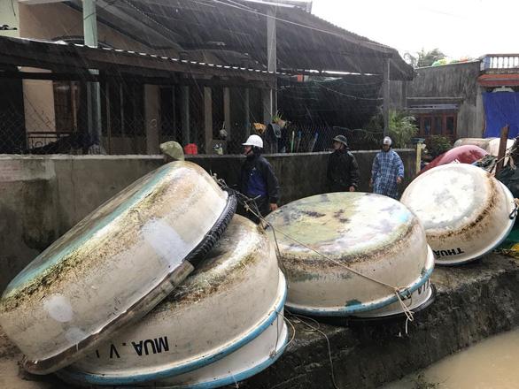 Đón bão số 6, Phú Yên bắt đầu mưa nặng hạt kèm gió mạnh - Ảnh 2.