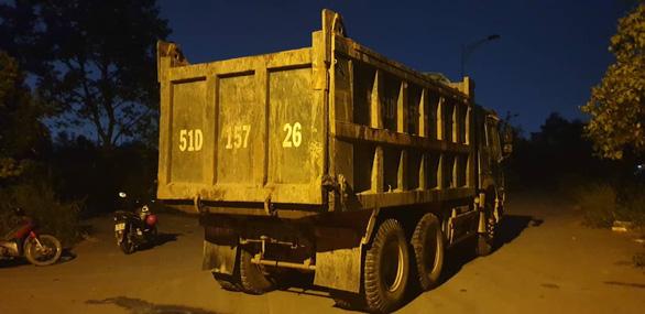 Người dân bắt quả tang xe đổ trộm rác thải trong khu dân cư - Ảnh 2.