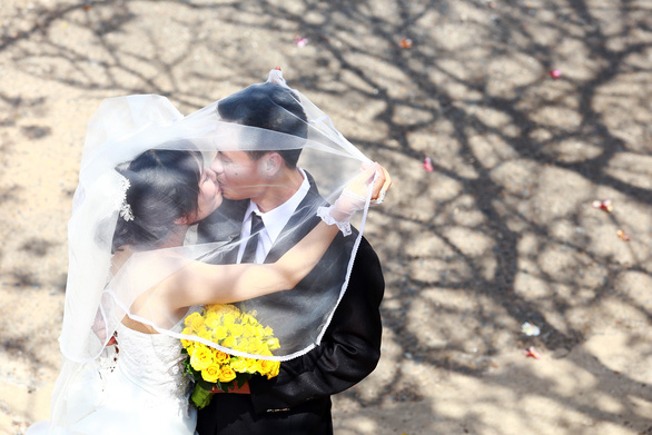 Chụp ảnh cưới tiết kiệm: vui là chính, hoài cổ được xuýt xoa độc đáo - Ảnh 3.
