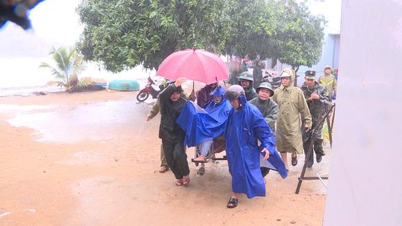 Quảng Ngãi huy động bộ đội giúp dân chống bão số 6 - Ảnh 1.