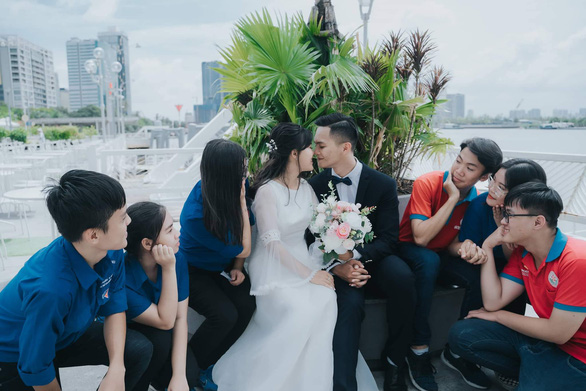 Chụp ảnh cưới tiết kiệm: vui là chính, hoài cổ được xuýt xoa độc đáo - Ảnh 1.