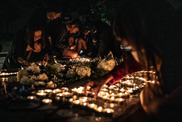 Người Hong Kong xuống đường buổi tối, tưởng niệm sinh viên đã chết - Ảnh 5.