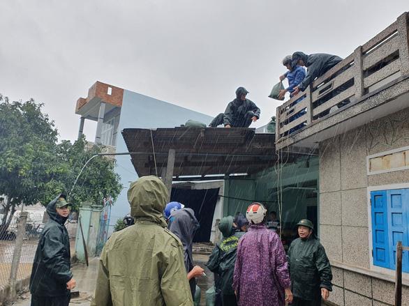 Quảng Ngãi huy động bộ đội giúp dân chống bão số 6 - Ảnh 6.