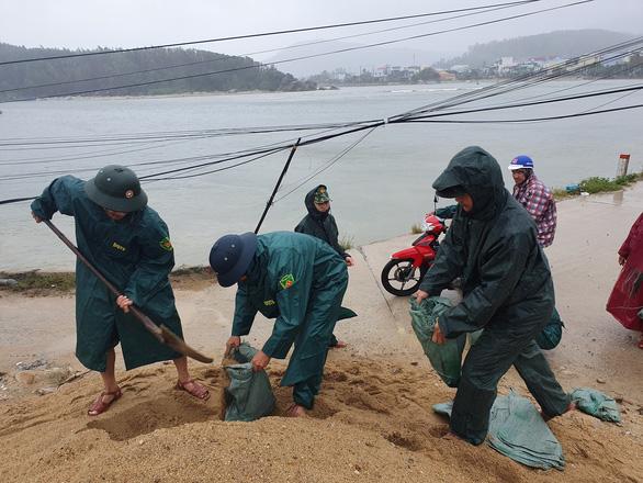 Quảng Ngãi huy động bộ đội giúp dân chống bão số 6 - Ảnh 2.