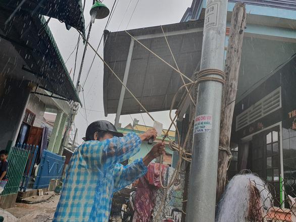 Quảng Ngãi huy động bộ đội giúp dân chống bão số 6 - Ảnh 5.