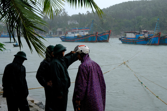 Quảng Ngãi huy động bộ đội giúp dân chống bão số 6 - Ảnh 3.