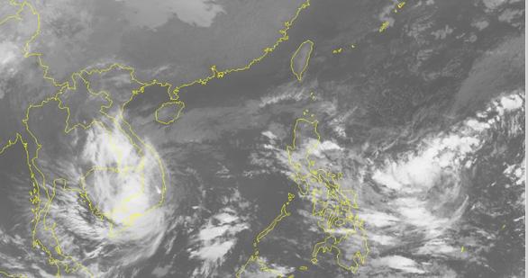 Tâm áp thấp nhiệt đới ngay Nam Trung Bộ, TP.HCM mưa cả đêm - Ảnh 1.