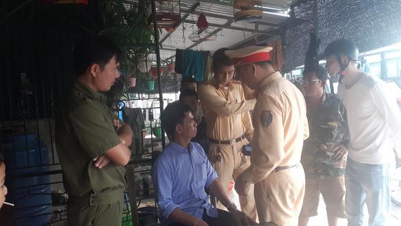 Gây tai nạn bỏ chạy bị dân bắt được, tài xế say xỉn xưng thiếu tá quân đội - Ảnh 2.