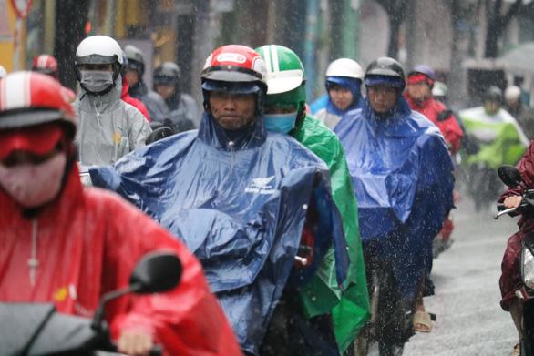 TP.HCM tiếp tục mưa, miền Trung đề phòng lũ, lở đất sau bão - Ảnh 1.