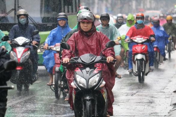 TP.HCM tiếp tục mưa trái mùa, thời tiết mát mẻ - Ảnh 1.