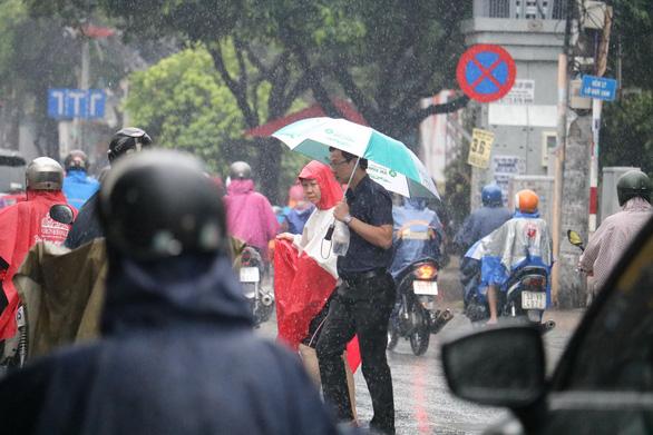 TP.HCM tiếp tục mưa, miền Trung đề phòng lũ, lở đất sau bão - Ảnh 2.