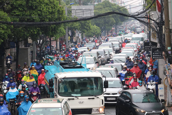 TP.HCM mưa từ đêm đến trưa, đường phố ùn ứ ngày đầu tuần - Ảnh 3.