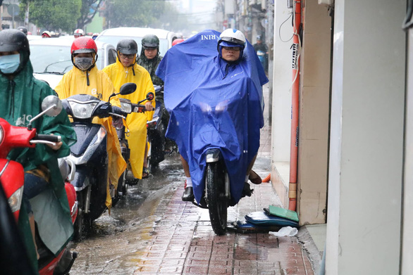 TP.HCM mưa từ đêm đến trưa, đường phố ùn ứ ngày đầu tuần - Ảnh 5.
